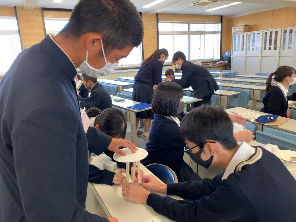 写真:「独創的発想力」を育成する単元を実施している高校生